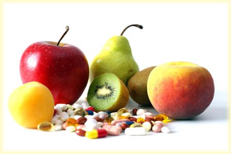 Vitamintabletten und Früchte