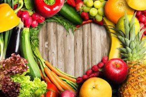 Gemüse und Früchte in Herzform