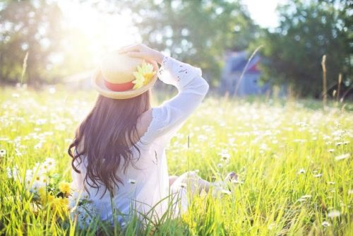 Frau auf Sommerwiese